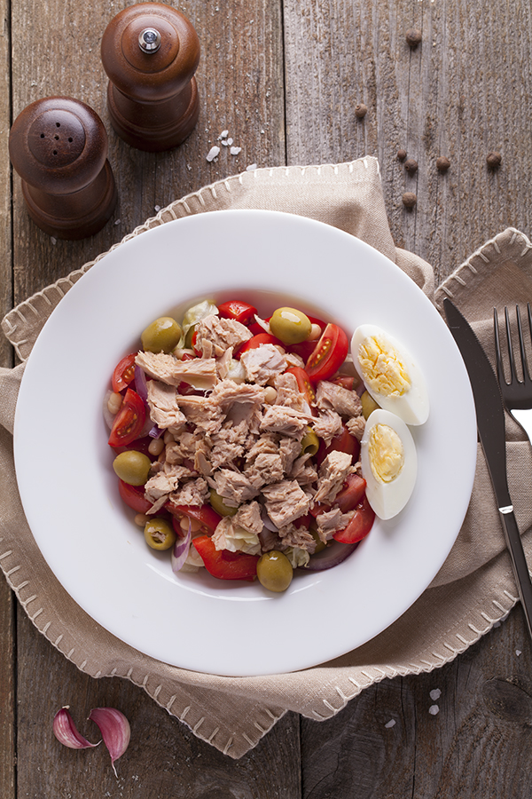 Salad with tuna, tomatoes, red peppers, olives, onions and egg